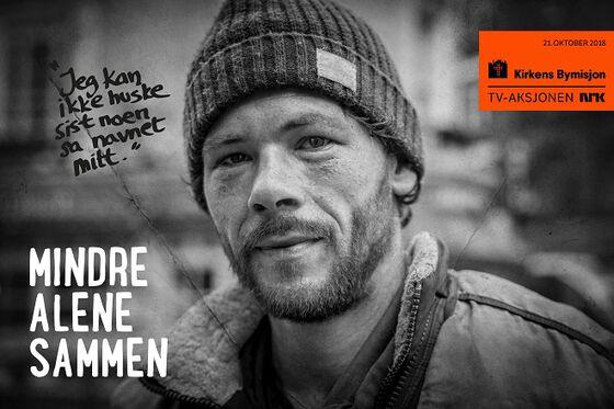 """Plakat med nærbilde i svarthvitt av en mann med skjegg og lue, plakaten har teksten """"Jeg kan ikke huske sist noen sa navnet mitt"""" og """"Mindre alene sammen"""", i tillegg til en logo med Kirkens Bymisjon, TV-aksjonen NRK og 21. oktober 2018."""