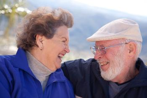 Illustrasjonsbilde, eldre kvinne og mann smiler og ler til hverandre