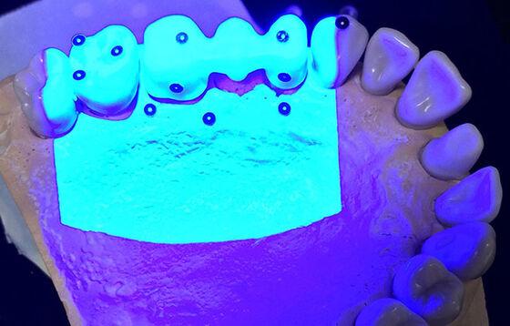 Bildet kan inneholde: purple, elektrisk blå, finger.