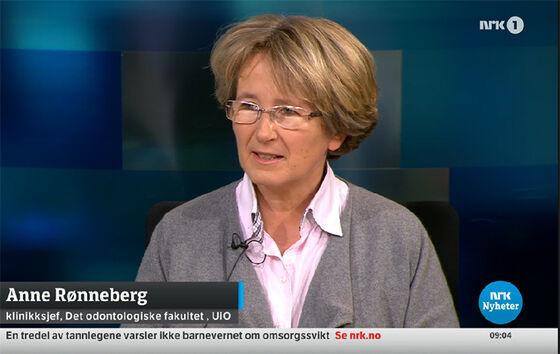 Skjermdump av Rønneberg mens hun intervjues i tv-studio i NRK.