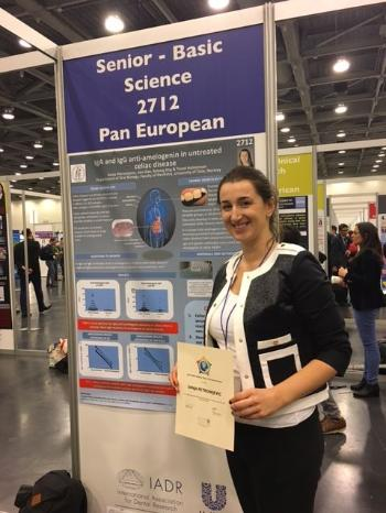 Ph.d.-kandidat Sanja Petronijevic viser fram sin poster og diplom for deltakelse i IADR Unilever Hatton Competition Award session.