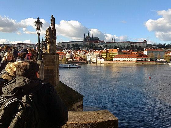 Bilde av slott på en høyde på andre sida av en elv i Praha.