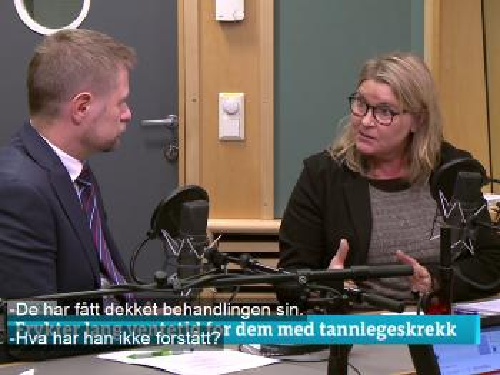 Bilde av helseministeren og professor Willumsen som sitter og diskuterer i et radiostudio.