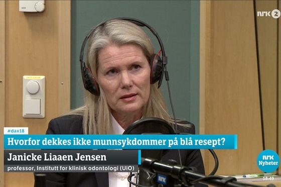 """Bilde av Janicke Liaaen Jensen som sitter i et radiostudio med høreklokker på hodet og snakker inn i en mikrofon. Oppå skjermen nederst står teksten """"Hvorfor dekkes ikke munnsykdommer å blå resept?"""""""
