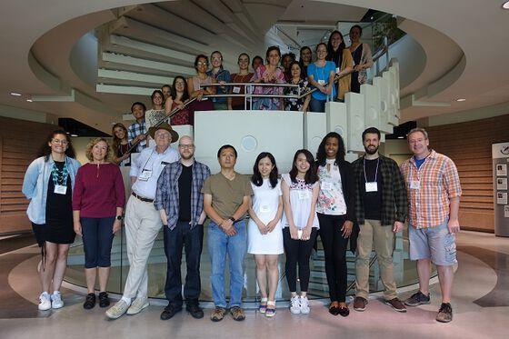 gruppebilde av cirka 30 forskere stilt opp i en spiraltrapp