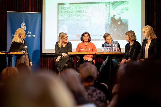 Panelsamtale på scene, fem kvinner i samtale.