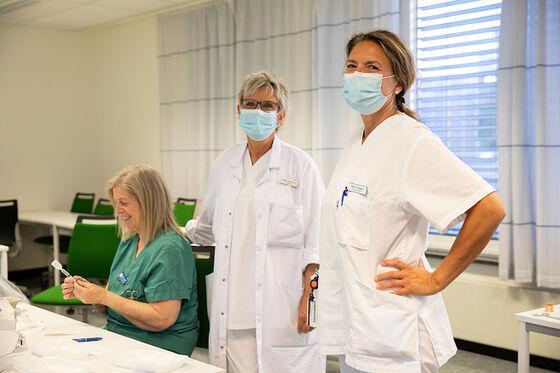 Tre sykepleiere forberder vaksinen