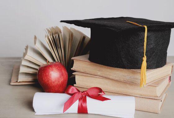 Akademisk hatt, kunnskapens eple og diplom