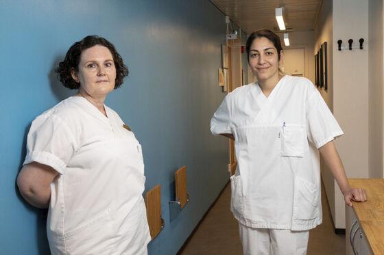 To tannhelsesekretærer i klinikktøy