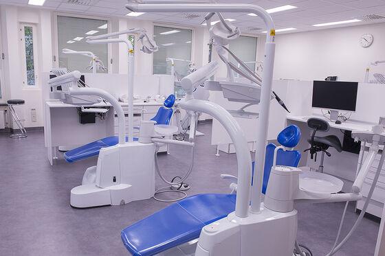 Bilde av to tomme tannlegestoler