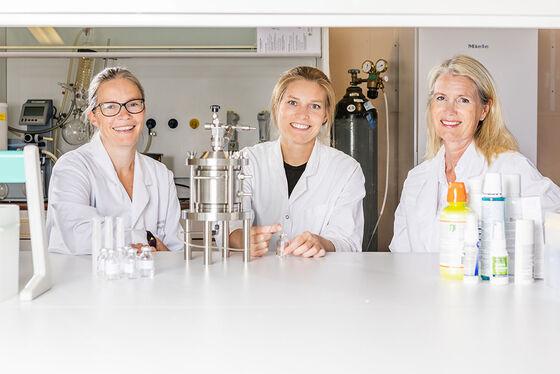 Bildet kan inneholde: smil, forsker, helsevesen, forsker, hvit kåpe.