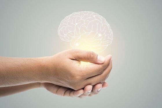 Bilder av hender som holder en hjerne